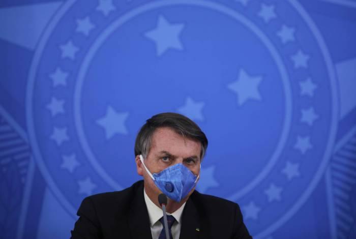 Bolsonaro usa máscara em coletiva, mas desdenha da epidemia