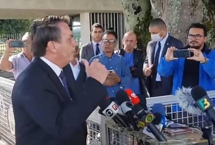 Presidente Jair Bolsonaro cumprimenta apoiadores e fala à imprensa nesta sexta-feira, 20 de março de 2020