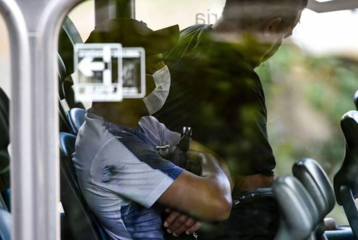 Usuário do transporte público aderem ao uso de máscaras descartáveis por precaução contra o coronavírus
