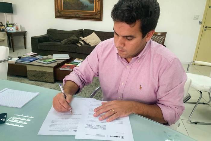 O prefeito de Campos, Rafael Diniz, assina um dos decretos publicados durante a pandemia do coronavírus