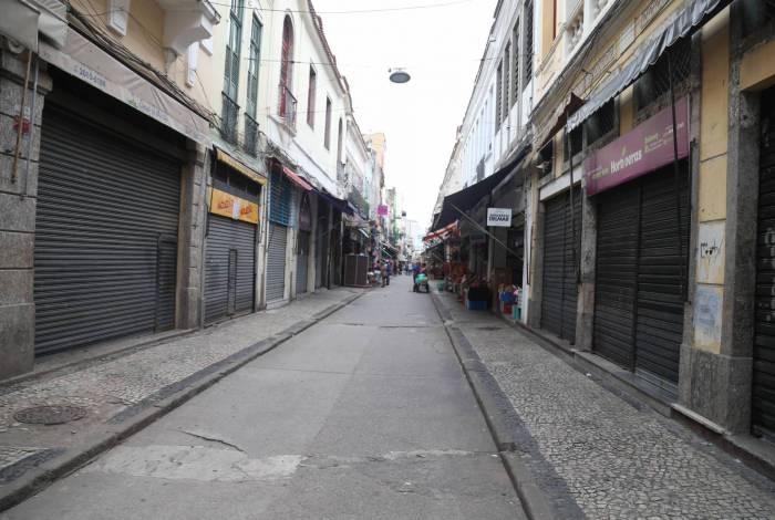Prefeituras de todo o país decretaram o fechamento do comércio, deixando as ruas desertas