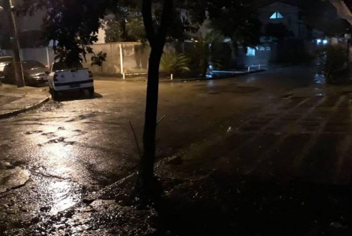 Moradores registram chuva em Campo Grande, na Zona Oeste