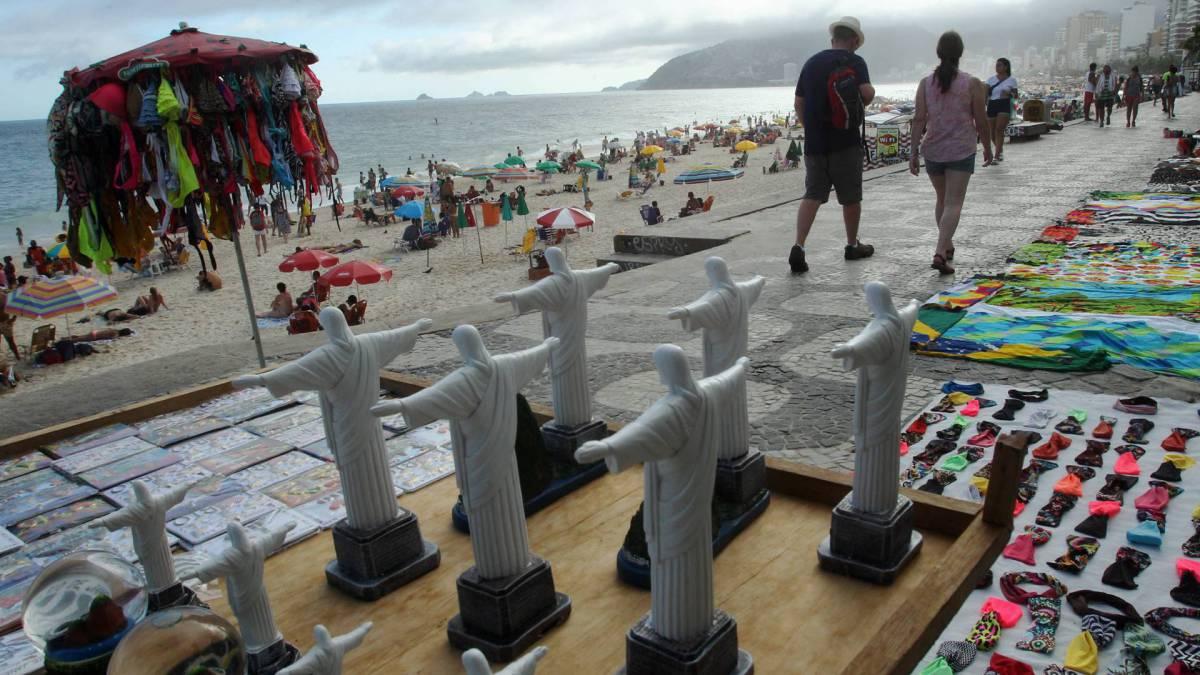 Rio - 14/03/2020 - - COVID-19 - Coronavírus - Mesmo com o aumento de casos do Coronavírus, muitas pessoas foram à praia neste sábado. Foto: Estefan Radovicz