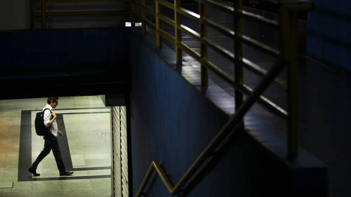 Rio - 20/03/2020 - COVID-19 - Coronavírus -  Aumento no intervalo dos horários dos transportes e interrupção de trajetos em outros, confunde e faz diminuir as oportunidades de deslocamento da população. Na foto, Diminuição de passageiros e linhas também no terminal rodoviário, Meneses Cortes.
