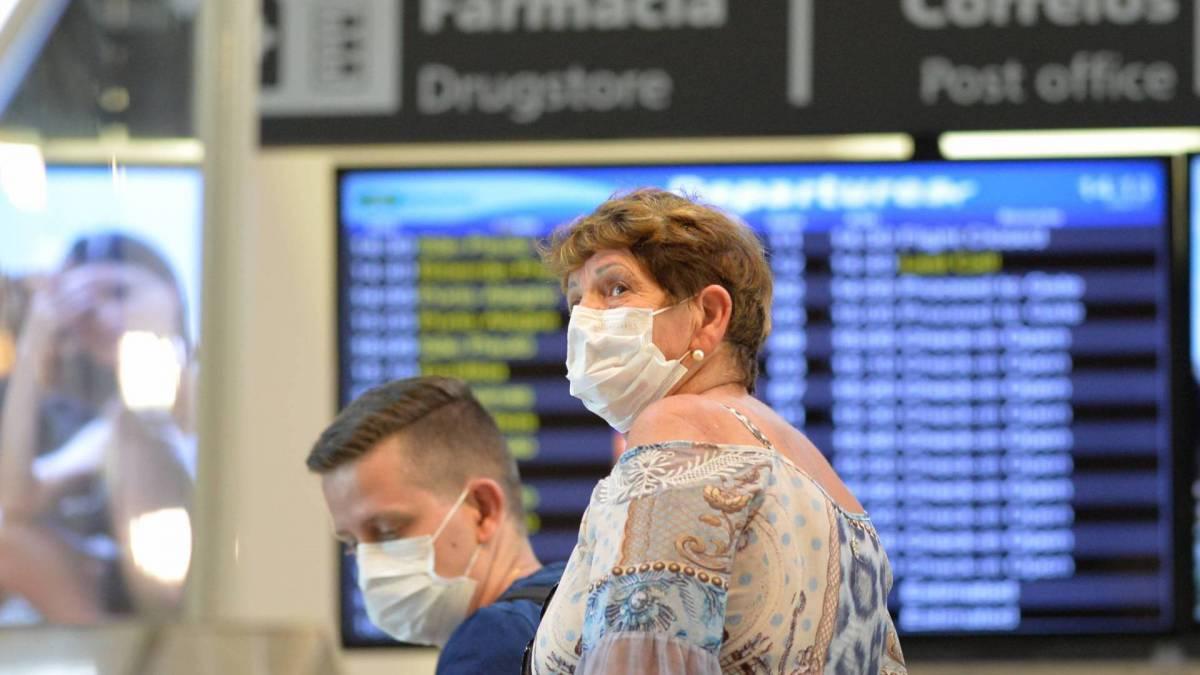 Rio - 16/03/2020 - COVID-19 - Coronavírus - Na foto passageiros usando mascaras no aeroporto Santos Dumond para se proteger do vírus. Foto: Fabio Costa