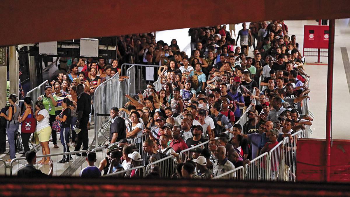 Rio - 19/03/2020  - COVID-19 - Coronavírus - Movimentação de passageiros na Estação Alvorada de BRTs. Foto: Gilvan de Souza