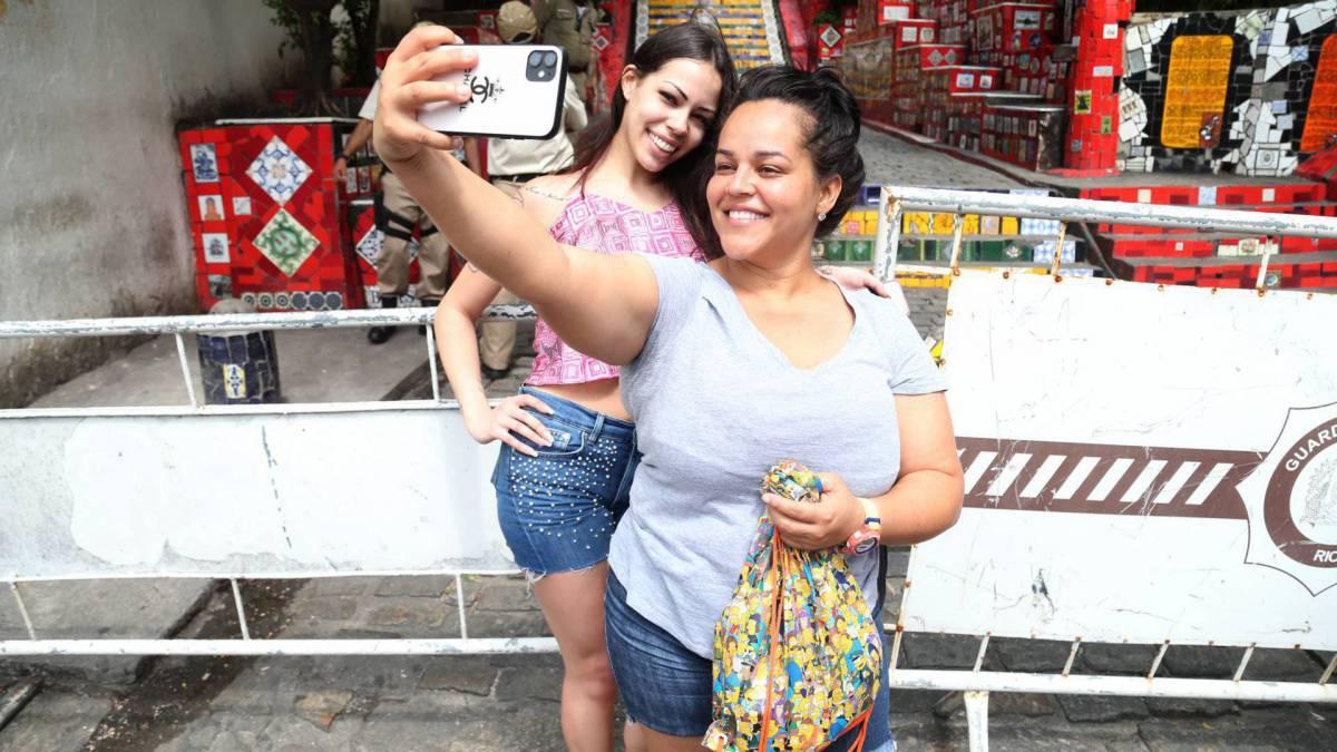 Rio,17/03/2020  - COVID-19 - Coronavírus - LAPA, Escadaria Selaron fechada. Na foto. Fernanda Monteiro(guia de turismo) com sua sobrinha que veio de Londres para visita . Foto: Cléber Mendes