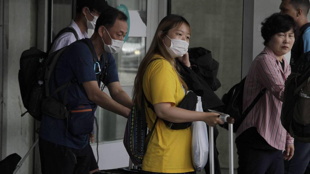 Rio -05/02/2020 - COVID-19 - Coronavírus - Turistas orientais desembarcam no Aeroporto do Galeão: uso constante de máscaras. Foto: Cleber Mendes