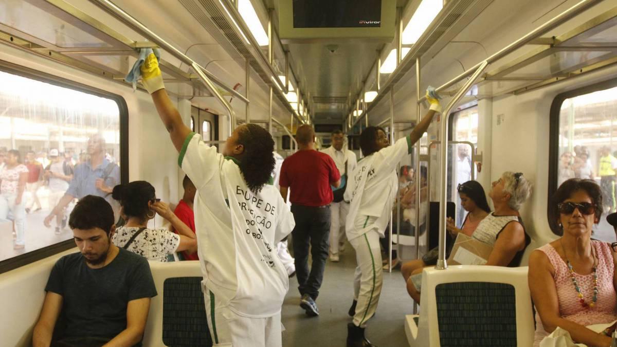 Rio -  16/03/2020 - COVID-19 - Coronavírus - Movimentação na Estação Central do Brasil, centro do Rio - na foto, higienizaçao de trens e catracas - Foto Reginaldo Pimenta