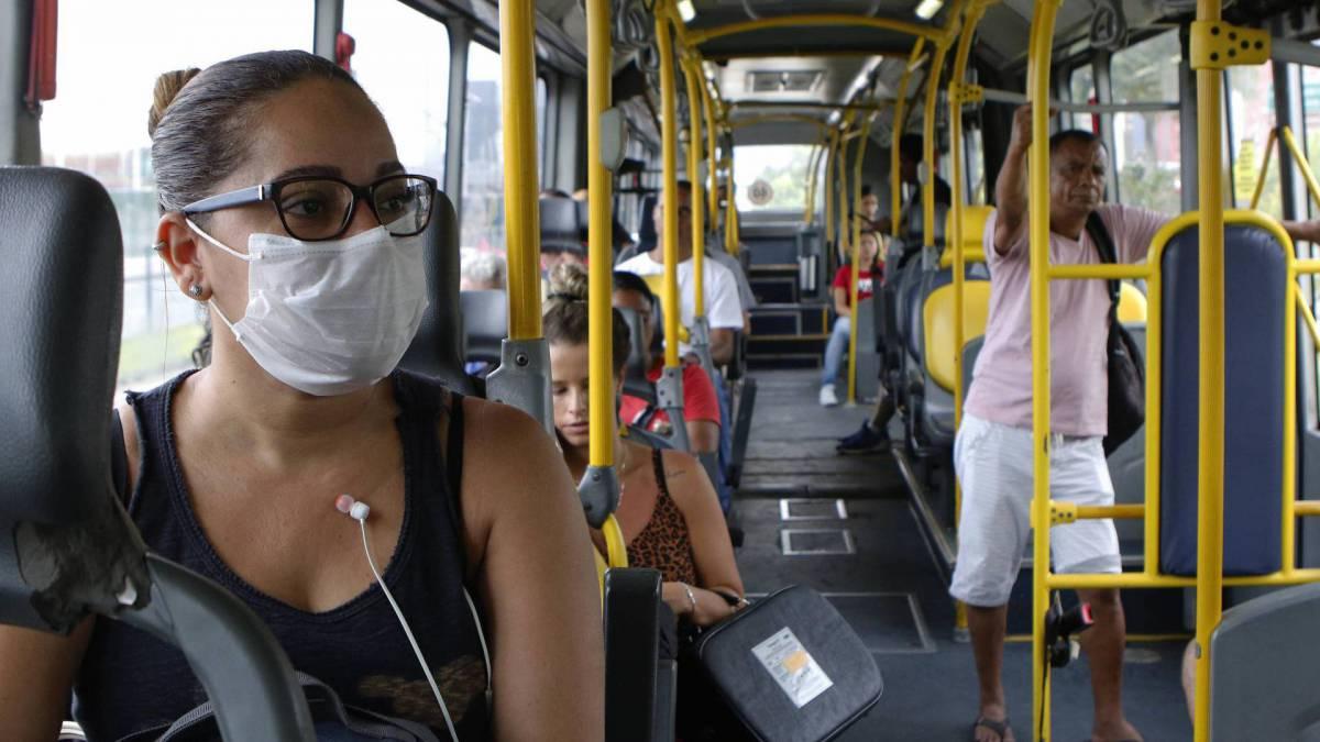 Rio - 17/03/2020 - COVID-19 - Coronavírus - Na foto, Tatiane Andrade, utilizando BRT - Foto Reginaldo Pimenta