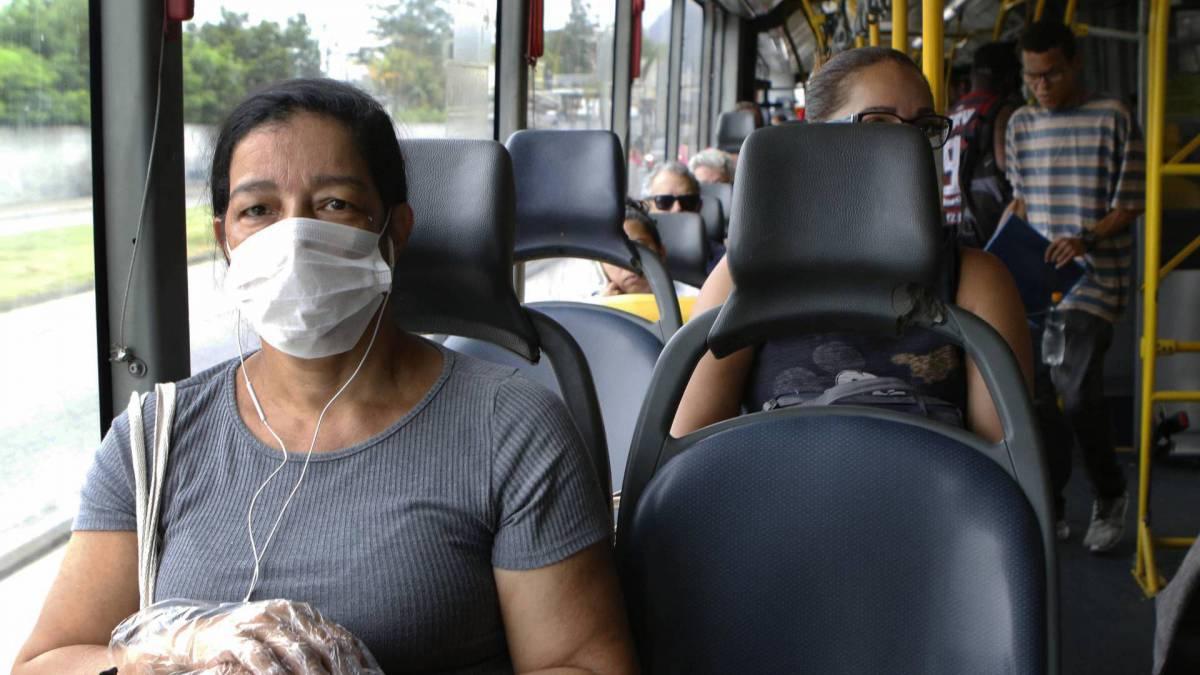 Rio - 17/03/2020 - COVID-19 - Coronavírus - Na foto, Maristela Balbino Taniozzo, utilizando BRT - Foto Reginaldo Pimenta