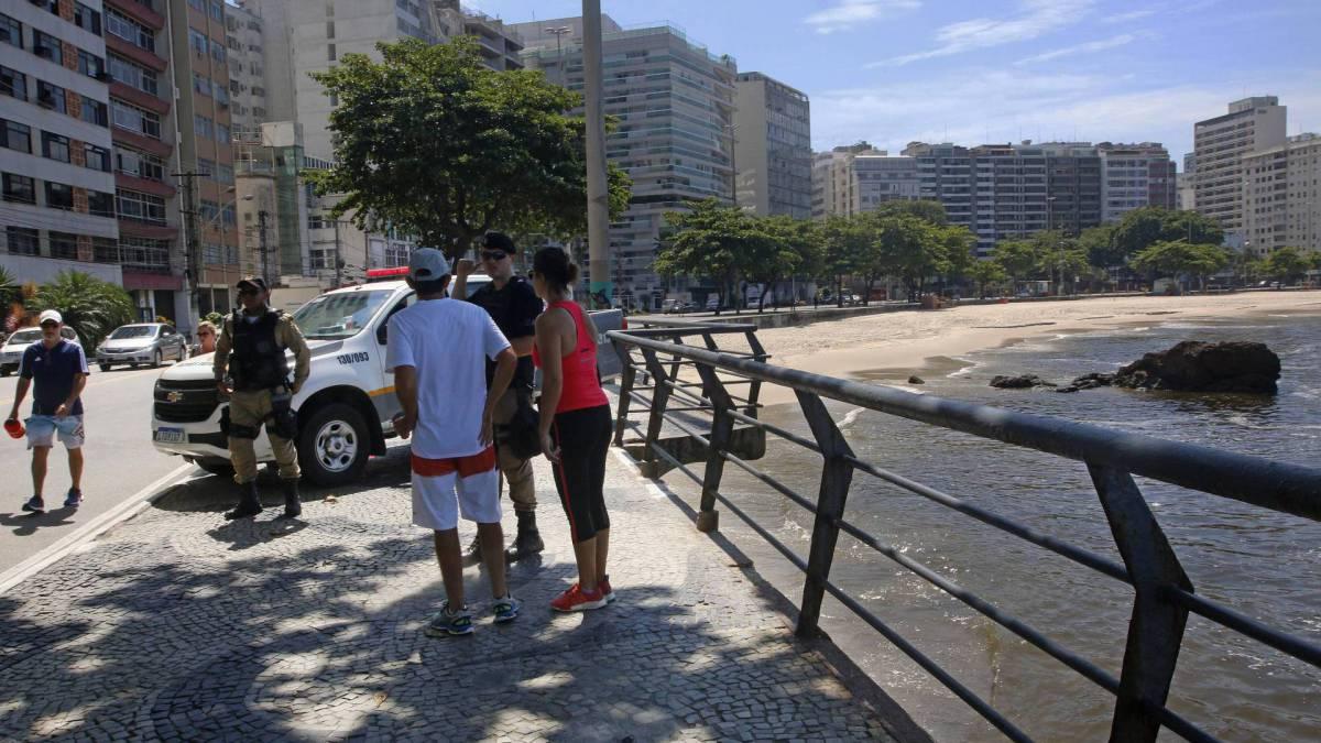 Rio - 19/03/2020 - COVID-19 - Coronavírus - Movimentação em Niterói após decreto do prefeito. Na foto,  a Guarda Municipal orientando frequentadores da praia -  Foto Reginaldo Pimenta