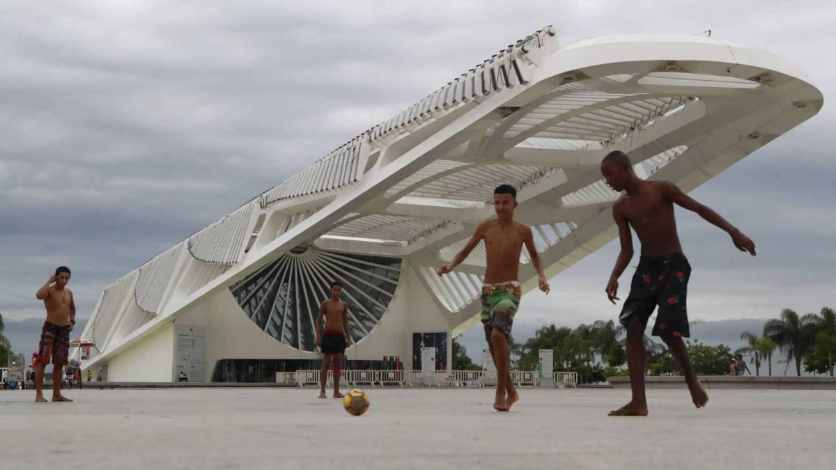 Rio, 17/03/2020 - COVID-19 - Coronavírus - Diante do Museu do Amanhã de portas fechadas, jovens bateram bola no 'campo' da Praça Mauá. Foto de Gilvan de Souza