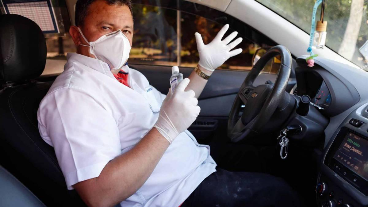 Rio - 09/03/2020 - COVID-19 - Coronavírus - Comportamento no combate a coronavírus, na foto o taxista Jose Marcelo, Foto de Gilvan de Souza