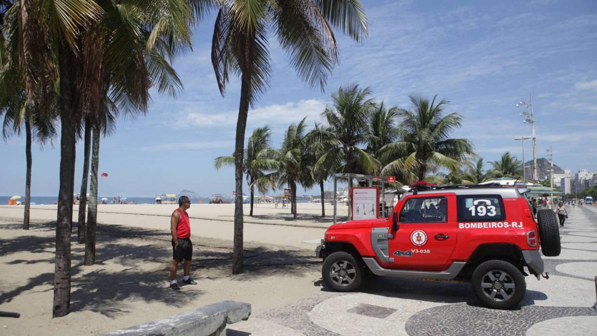 Rio, 16/03/2020  - COVID-19 - Coronavírus - Ação do G-Mar, para conscientizar as pessoas a não irem a praia. Copacabana, zona sul do Rio. Foto: Ricardo Cassiano