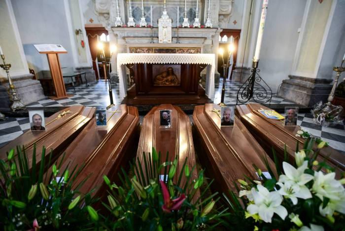 Corpos de vítimas em igreja na província de Bérgamo, no Norte da Itália