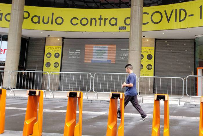 Faixa na Avenida Paulista alerta sobre o coronavírus. Local, antes abarrotado de pessoas, agora está vazio