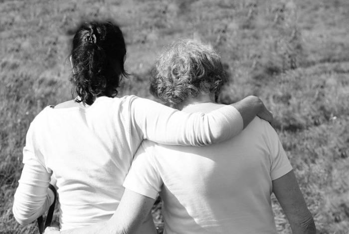 Mãe e filha abraçadas: cena que merecemos ver com muito mais frequência