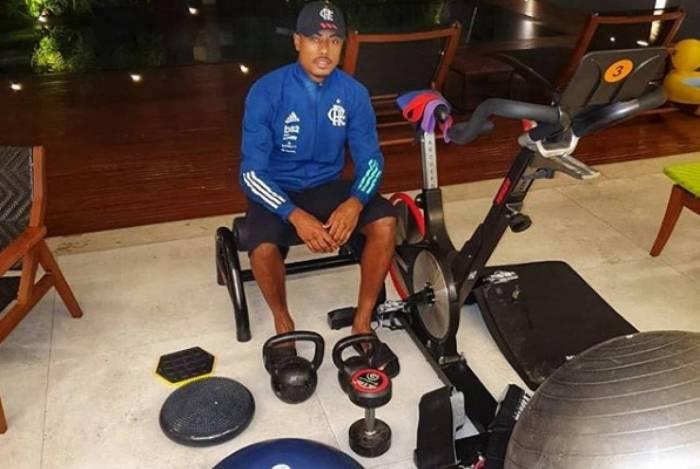 Bruno Henrique, assim como outros jogadores do Flamengo, tem mantido a forma em casa