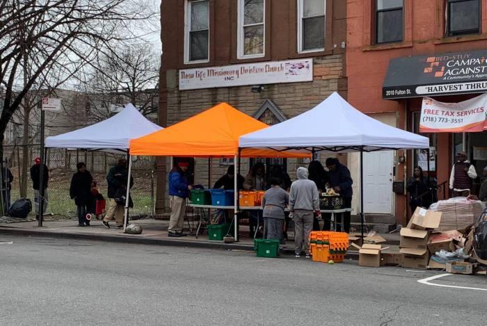 Distribuição de alimentos na Fulton Street, no Brooklyn