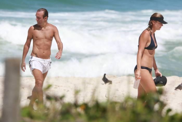 Roger Flores e a namorada não respeitam a quarentena e curtem dia de sol na praia