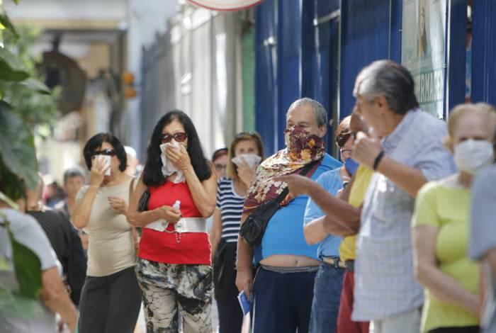 Idosos formaram grandes filas para se vacinar contra o vírus da gripe