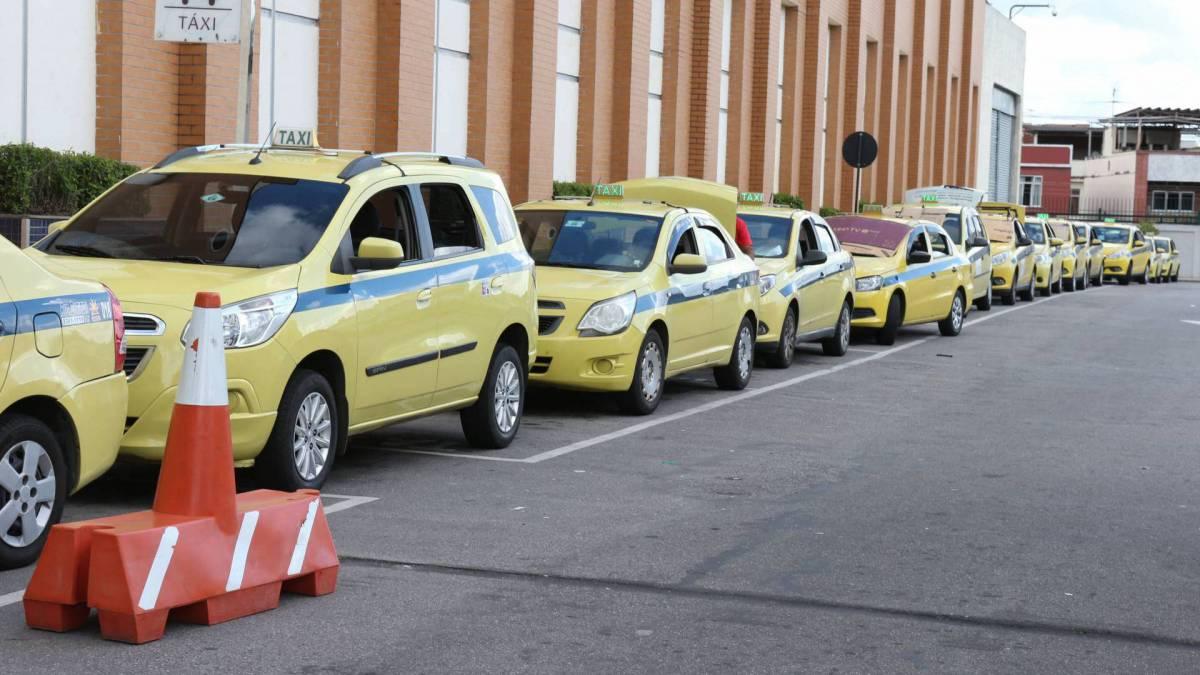 Fila de táxis próximo ao Carioca Shopping, em Vicente de Carvalho