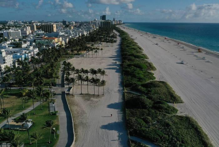 Praia vazia e fechada durante esforços para impedir a propagação do coronavírus em 24 de março de 2020 em Miami Beach, Flórida