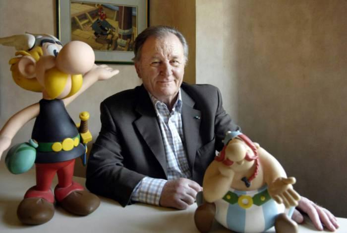 Albert Uderzo com bonecos dos icônicos Asterix e Obelix