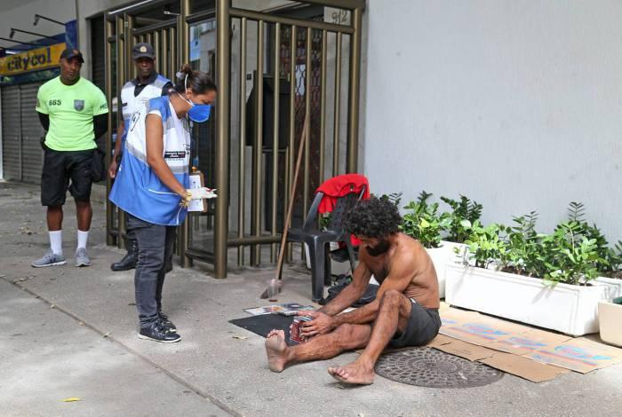 Copacabana Presente orienta morador de rua em Copacabana.  Foto: Daniel Castelo Branco / Agencia O DIA