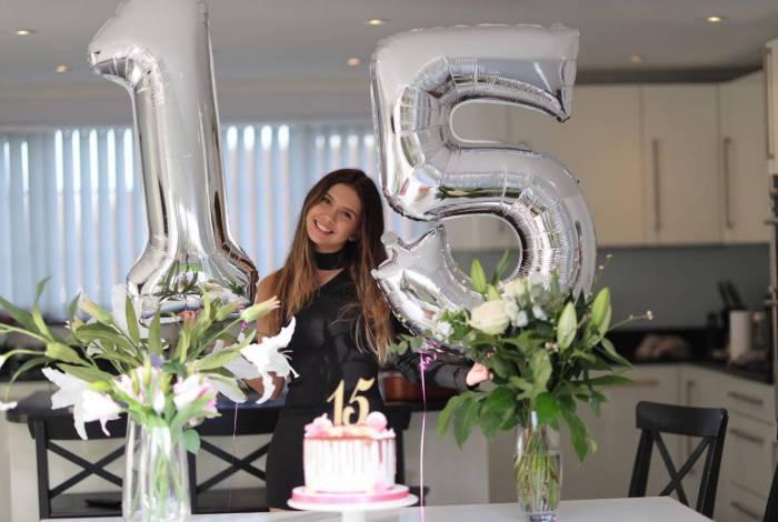 Youtuber Mariana Lewis comemora seus 15 anos na quarentena da Inglaterra