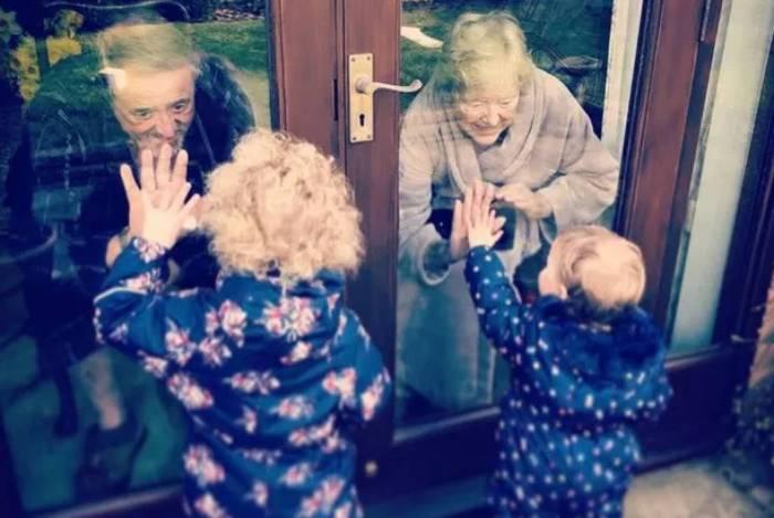 Senhoras de de 81 anos interagiram com as bisnetas