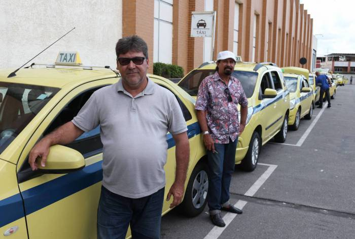 Fila de taxistas no Carioca Shopping: clientes sumiram e crise bate fundo