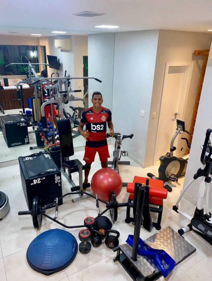 Pedro Rocha exibe a academia montada em sua casa