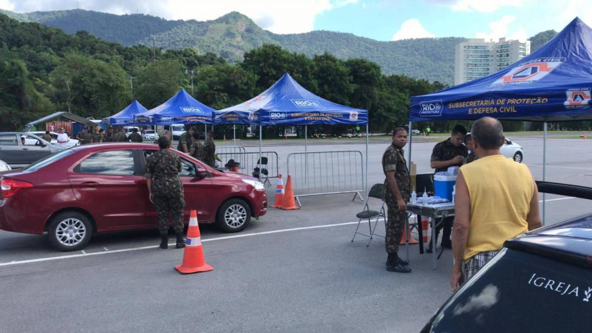 Aplicação da vacina é feita por militares e agentes da Cruz Vermelha
