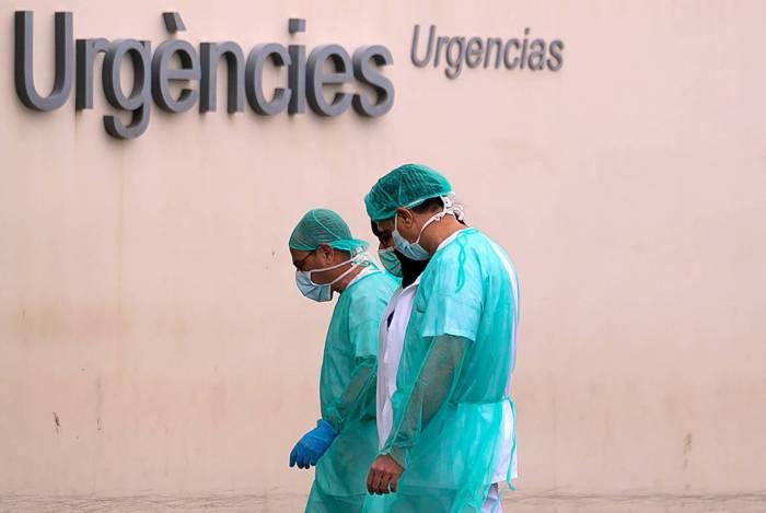 Profissionais de saúde voltam ao trabalho no Hospital La Fe, em Valencia, em meio ao caos da pandemia
