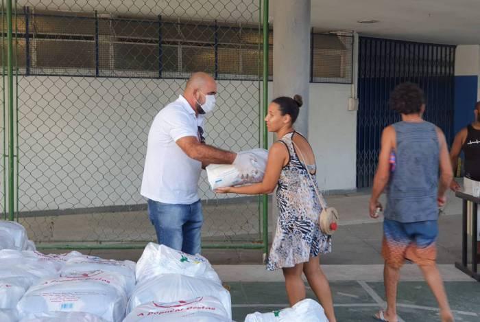 Prefeitura de Niterói entrega cesta básica para alunos da rede pública de educação