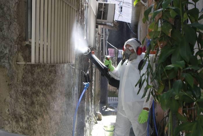 Agentes sanitários fazem higienização na comunidade Vila Ipiranga, em Niterói, visando combater a disseminação do novo coronavírus