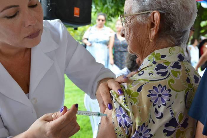 Profissionais da Saúde vacinam idosos em João Pessoa para conter a propagação do novo coronavírus