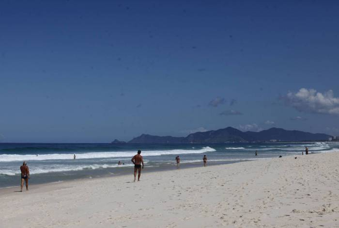 Praia da Barra da Tijuca, Zona Oeste do Rio, tem banhistas nesta quarta-feira