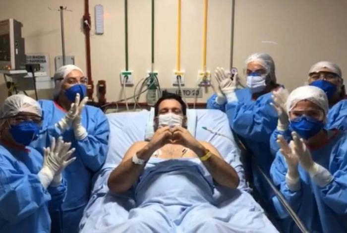 Marcelo Magno apresenta melhora e já interage com os médicos