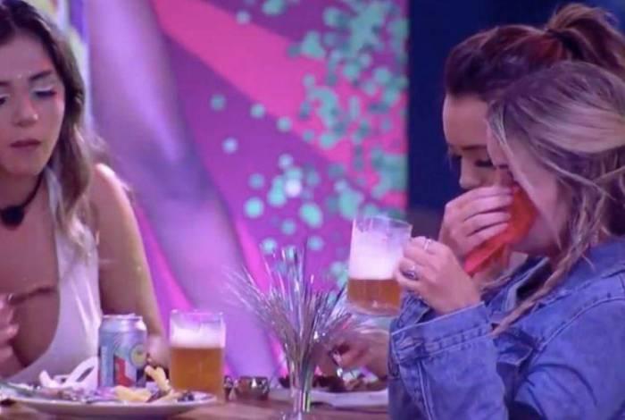Marcela chora por causa do namorado durante a festa de sua amiga Thelma