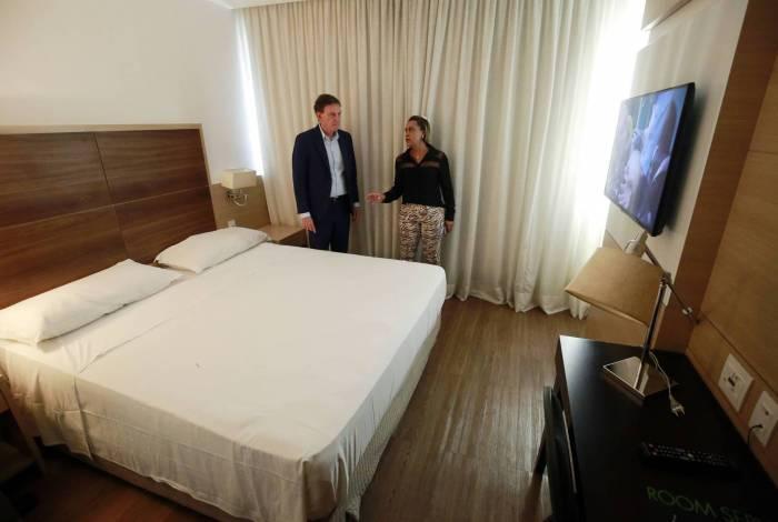 Prefeito Crivella, junto com Tia Ju, secretária de Assistência Social, inspeciona o quarto de um dos hotéis que vai abrigar idosos para prevenção do coronavírus