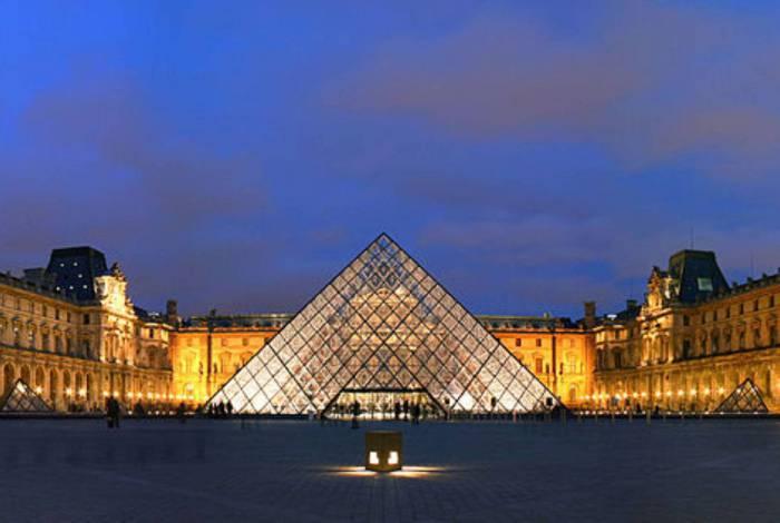 Um dos museus mais visitados, o Louvre, na França, abre as portas no mundo virtual