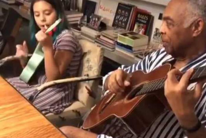 Gilberto Gil toca música de Britney Spears junto com a neta Flor