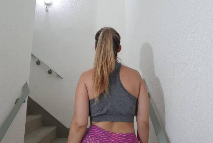 Moradora usa escada de condomínio para se exercitar durante a quarentena