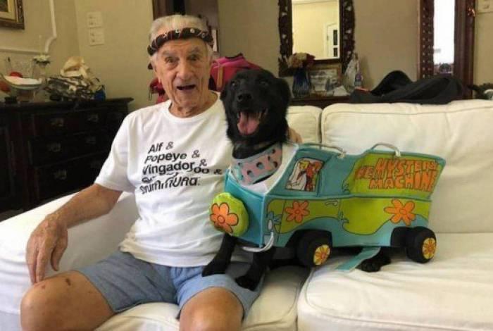 Orlando Drummnond posa com seu pet e fala sobre quarentena