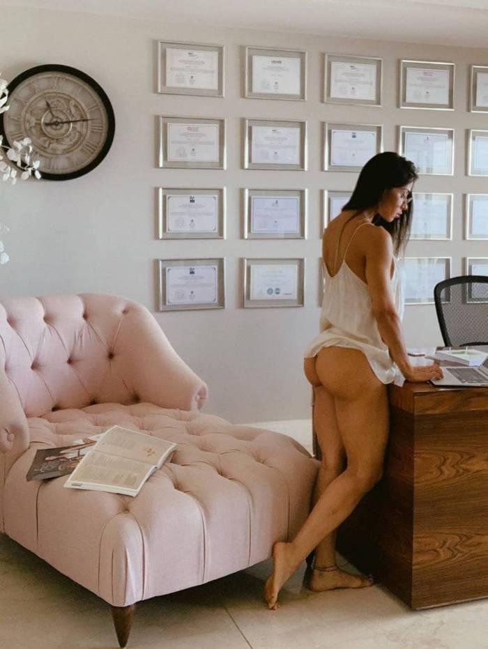 Mayra Cardi empina o bumbum em foto