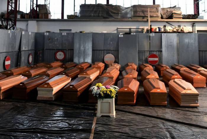 Caixões com vítimas aguardam cremação em Ponte San Pietro, na Lombardia, Itália