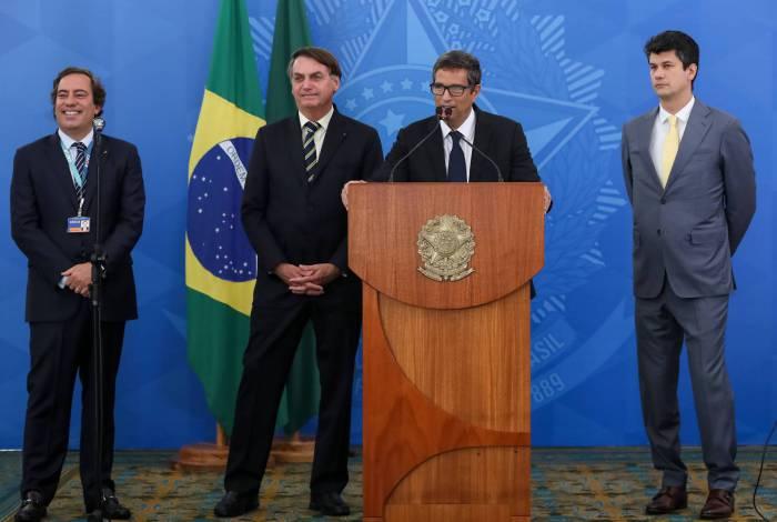 Bolsonaro sorri no Planalto durante a fala de Roberto Campos Neto, presidente do Banco Central